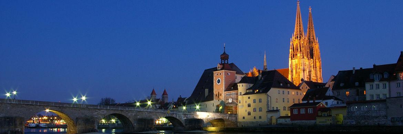Regensburg bei Nacht: In dieser Stadt in der Oberpfalz arbeitet der wohl schlechteste Bauspar-Vermittler Deutschlands|© Sharhues/Wikipedia