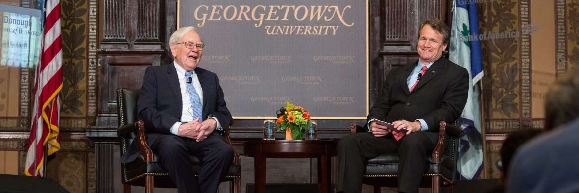 Warren Buffet und BofA-CEO Brian Moynihan auf dem Podium der Georgetown-Universität in Washington, D.C: Berkshire Hathaway ist bei der Bank of America jetzt größter Aktionär. | © Getty Images