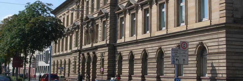 Das Landgericht Karlsruhe: Bausparverträge, die nach 15 Jahren nicht zuteilungsreif sind, dürfen nicht gekündigt werden|© Albtalkourtaki / Wikipedia