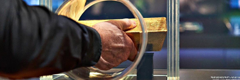 Gold zu Anfassen: Im Geldmuseum der Bundesbank können Besucher einen echten Goldbarren in die Hand nehmen|© Deutsche Bundesbank