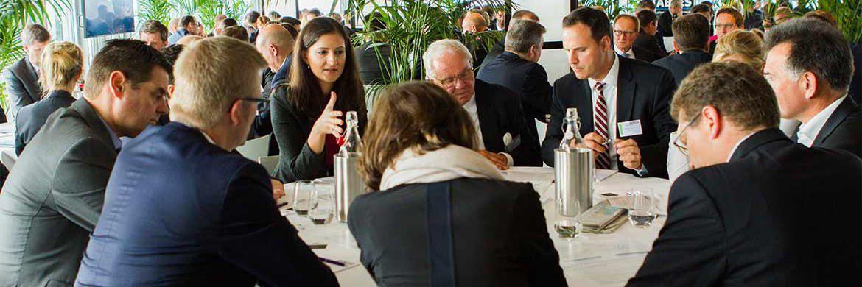 Teilnehmer eines Round-Table-Gesprächs während des private banking kongress.|© Christian Scholtysik, Charlotte Holz