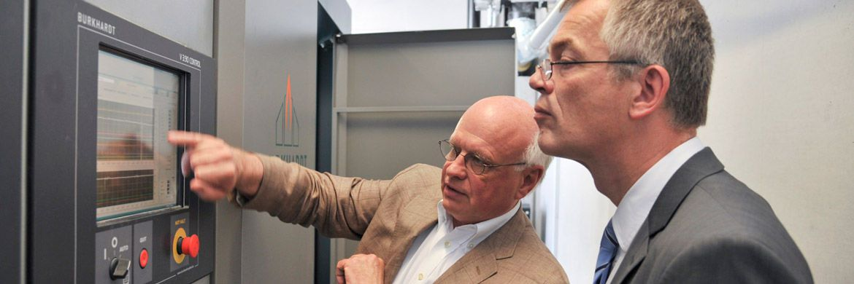 NRW-Klimaschutzminister Johannes Remmel (r. im Bild) bei der Besichtigung eines Blockheizkraftwerks.|© Energie Agentur NRW