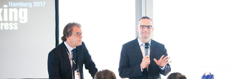 Top-Speaker Jens Spahn (r.) bei seinem Vortrag mit Co-Herausgeber Malte Dreher.|© Christian Scholtysik, Charlotte Holz