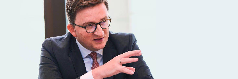Lässt den Kunden entscheiden, ob passive oder aktive Fonds besser sind: Christian Machts, Vertriebsleiter für Publikumsfonds bei Blackrock in Deutschland.|© Piotr Banczerowski
