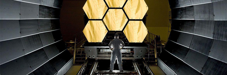 Ein Wissenschaftler arbeitet an einem Weltraumteleskop. Auch bei der Auswahl von Small und Micro Caps sind Spezialkenntnisse und tief gehende Analyse gefragt
