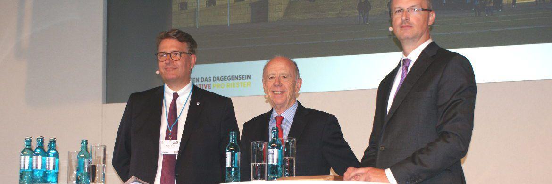 """Der ehemalige Arbeitsminister Walter Riester (Mitte) diskutierte auf der Hauptstadtmesse von Fonds Finanz mit Martin Gräfer, Vorstandsmitglied """"Die Bayerische"""" (li.), und Joachim Haid, Gründer der Initiative """"Pro Riester"""". © Das Investment"""