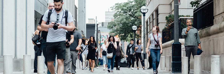 Passanten in einer Innenstadt: Das Verhalten deutscher Sparer untersucht die aktuelle Investor Pulse Studie von Blackrock.|© Pixabay