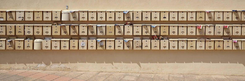 Briefkästen eines Mehrfamilienhauses. Die Mietpreisbremse widerspricht der Verfassung, sagt das Berliner Landgericht.|© Pixabay