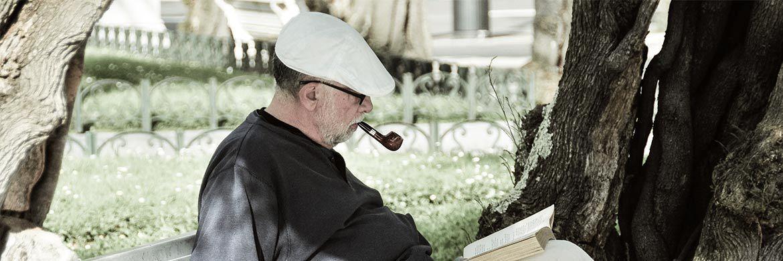 Senior liest auf einer Parkbank: Zwei Drittel der Deutschen sorgen bereits für den Ruhestand vor.|© Pixabay
