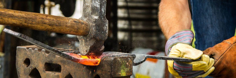 Ein Metallbauer bei der Arbeit: Handwerker werden oft berufsunfähig, sollten aber bei Abschluss einer BU-Versicherung ihre Krankengeschichte erzählen.|© Pixabay