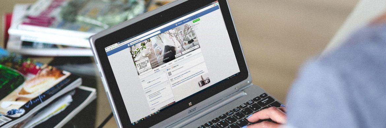 Frau mit Laptop: Online-Netzwerken wie Facebook vertraut nur jeder dritte Verbraucher hierzulande bei der Geldanlage.|© Kaboompics Karolina
