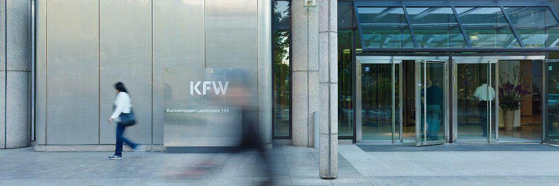 KfW-Zentrale in Frankfurt: Die Anstalt des öffentlichen Rechts ist die weltweit größte nationale Förderbank. KfW Research analysierte jetzt die Veränderungen der Filialdichte deutscher Kreditinstitute. Einbezogen wurden nur reguläre Bankfilialen, die mit Mitarbeitern ausgestattet und Vollzeit geöffnet sind. Angaben über die Deutsche Postbank sind dabei nicht eingeschlossen, da diese nicht zugänglich sind.|© Kreditanstalt für Wiederaufbau (KfW)