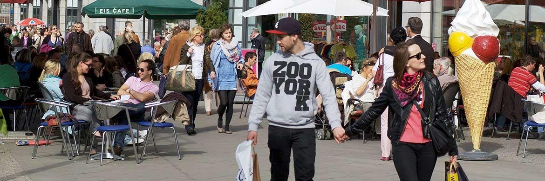 Fußgänger in einer Einkaufsstraße. Wer im Alter beim Konsum keine Abstriche machen will, muss für gewöhnlich privat vorsorgen. |© pxhere.com