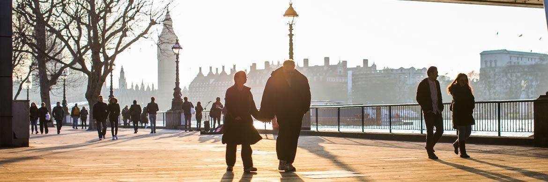 Spaziergänger. Zur Absicherung im Alter gibt es immer mehr Alternativen zu klassischen Sicherungskonzepten.