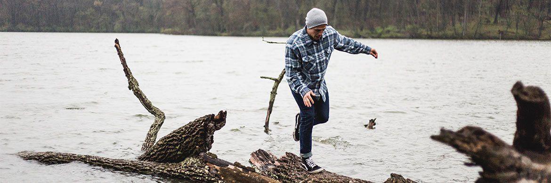 Angler auf einem Baumstamm: Bei der Altersvorsorge sollen Fondspolicen für die richtige Balance sorgen.|© pxhere.com