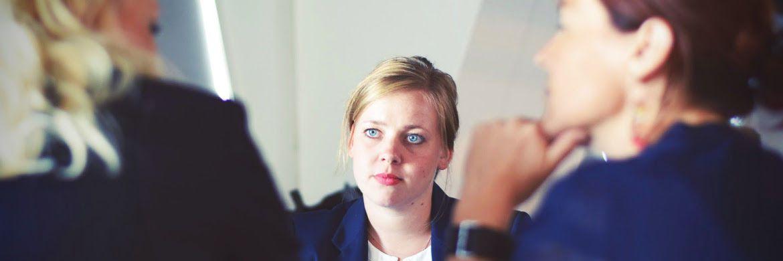 Eine Beraterin bei der Arbeit: Sowohl bei Banken als auch bei Versicherungen verdienen Frauen deutlich weniger als Männer.|© Pexels