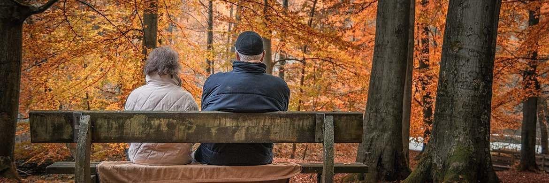 Ein Rentnerpaar sitzt im Wald auf einer Bank: Im kommenden Jahr wird es für Lebensversicherungskunden, die für ihren Ruhestand sparen wollen, wohl noch weniger Rendite geben.|© Pixabay
