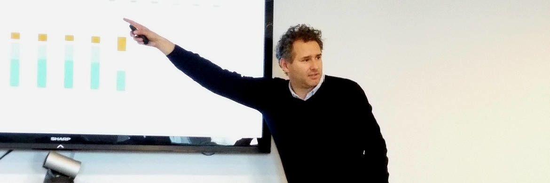 Zeigt, wo es brenzlig wird: Fondsmanager Jacob de Tusch-Lec von Artemis bei seinem Vortrag.|© DAS INVESTMENT