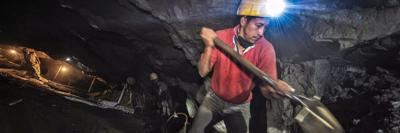 Arbeiter einer Goldmine im kolumbianischen La Llanada: LBBW-Investmentspezialist Wolfgang Schrage erklärt, wie es um das globale Goldangebot steht. © Getty Images