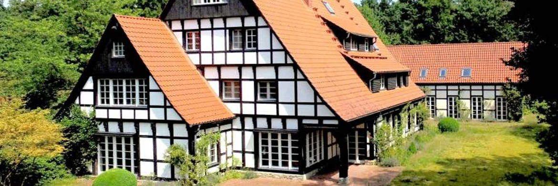 Die Bielefelder Fachwerk-Villa von Ex-Arcandor-Vorstand Thomas Middelhoff steht zum Verkauf.|© Von-Poll-Immobilien