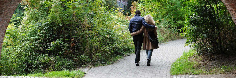 Ein Pärchen geht spazieren: Auch beim Sparen würden viele Paare gerne gemeinsame Sache machen.|© pixabay.com