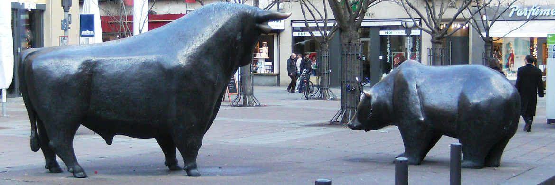Bulle und B&auml;r in Frankfurt: &Uuml;ber die Aussichten f&uuml;r Aktien sind sich deutsche Verm&ouml;gensverwalter uneins.&nbsp;|&nbsp;&copy; Kai-Uwe Sch&uuml;tz / <a href='http://www.pixelio.de/' target='_blank'>pixelio.de</a>
