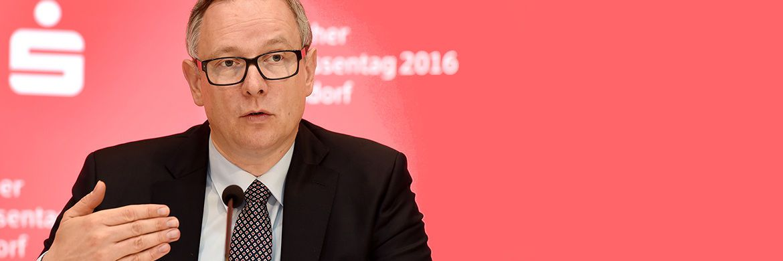 Georg Fahrenschon bei der Auftaktpressekonferenz zum Sparkassentag 2016: Seine Wiederwahl als DSGV-Präsident wurde jetzt verschoben. © Deutscher Sparkassen- und Giroverband
