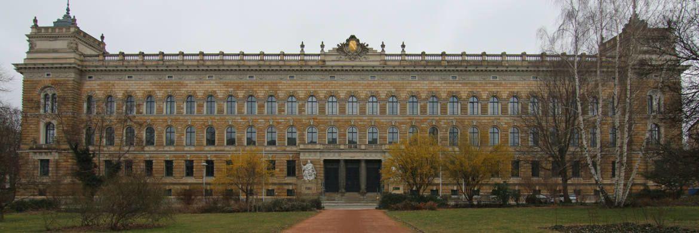 Landgericht Dresden: Im Saal 1.05 findet seit November 2015 der Prozess um den Finanzdienstleister Infinus statt.&nbsp;|&nbsp;&copy; <a href='https://commons.wikimedia.org/wiki/User:DCB' target='_blank'>DCB</a>