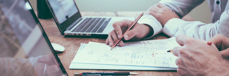 Berater bei der Arbeit: Wie viel Finanz- und Versicherungsvermittler in den vergangenen Jahren verdient haben, zeigt unsere Grafik des Tages.|© pixabay.com