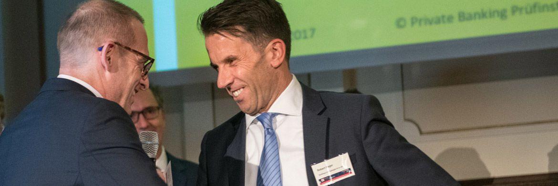 Robert Hager (r.) vom Bankhaus Carl Spängler nimmt die Auszeichnung für den 1. Platz des Institutes im Jahres-Ranking entgegen.|© Private Banking Prüfinstanz / Stefanie Loos 2017