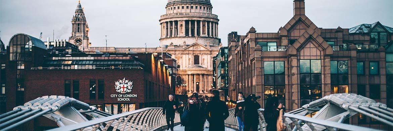 Saint Paul's Cathedral in London: Nur wenige hundert Meter entfernt ist der Hauptsitz der Fondsboutique Newton. © Piotr Banczerowski