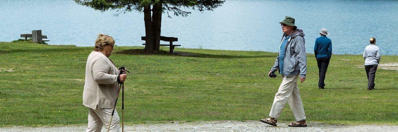 Ruheständler gehen am See spazieren: Die Rentenbeiträge werden im kommenden Jahr gesenkt. |© Pixabay