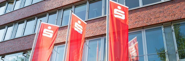 Fahnen vor der Zentrale der Hamburger Sparkasse: Die Europaparlament will Sparkassen und Volksbanken einem Handelsblatt-Bericht zufolge entlasten.|© Hamburger Sparkasse