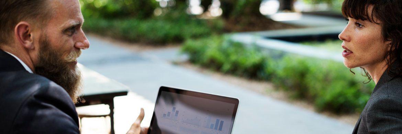 Ein Beratungsgespräch: Anlageberater sollten mit ihren Kunden über die neuen Steuerregeln sprechen.|© rawpixel.com