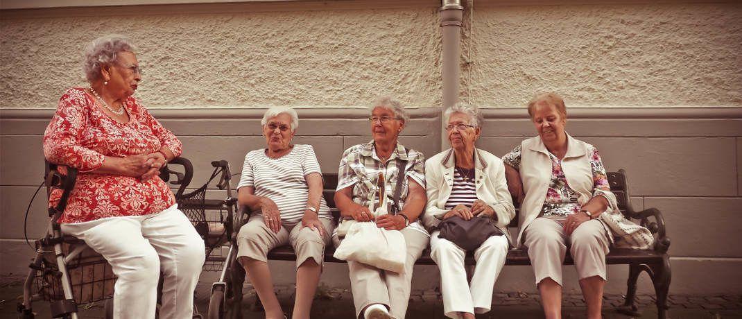 Rentnerinnen auf einer Bank: Insbesondere viele Frauen müssen mehr für die Altersvorsorge sparen.