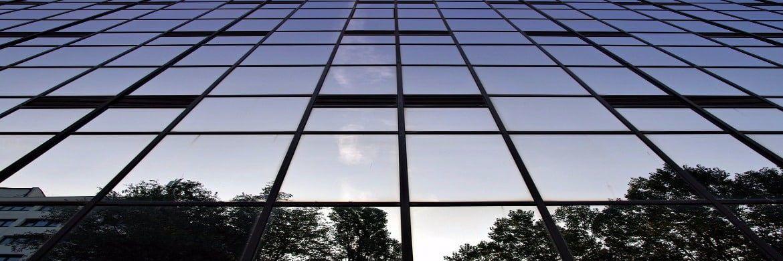 Bürofassade: Langfristige Gewerbemietverträge können künftig vorzeitig gekündigt werden.|© Pixabay