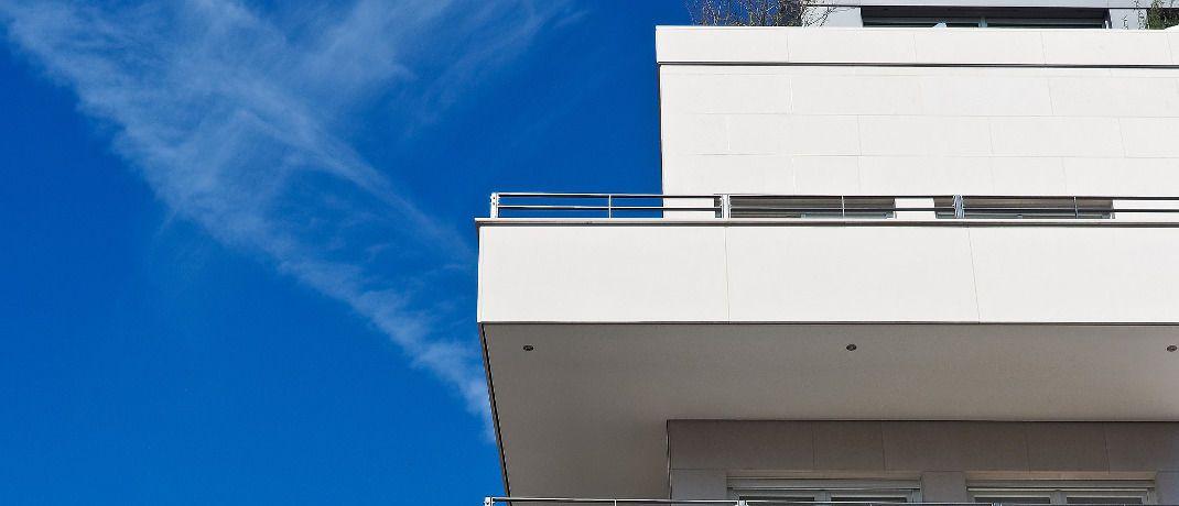Fassade eines Wohnhauses: Das Bundesverfassungsgericht soll nun klären, ob die Mietpreisbremse mit dem Grundgesetz vereinbar ist.|© Pixabay