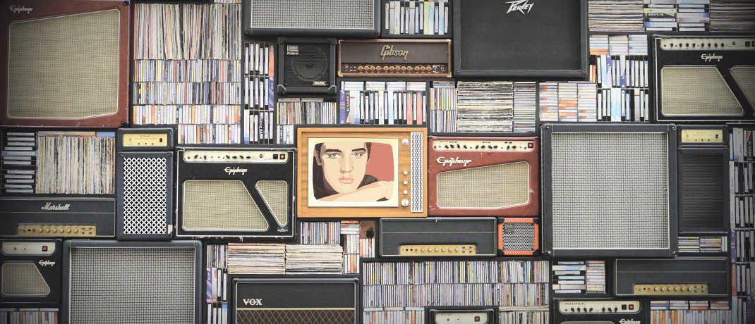 Musikwand mit Verstärkern, Tonträgern und Elvis-Bild: Multi-Asset-Fonds können aus einer großen Bandbreite von klassischen und alternativen Investmentstilen wählen, um auf die Markttrends zu reagieren.