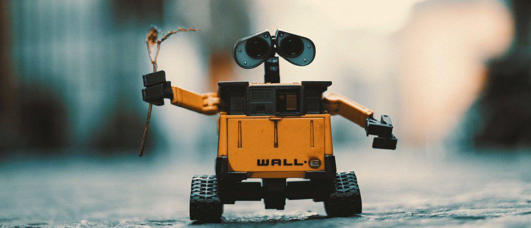 Roboter bringt Blumen: Mit dem neuen Schroders-Fonds können Anleger von steigenden und fallenden Kursen im Technologiesektor profitieren.|© Pexels