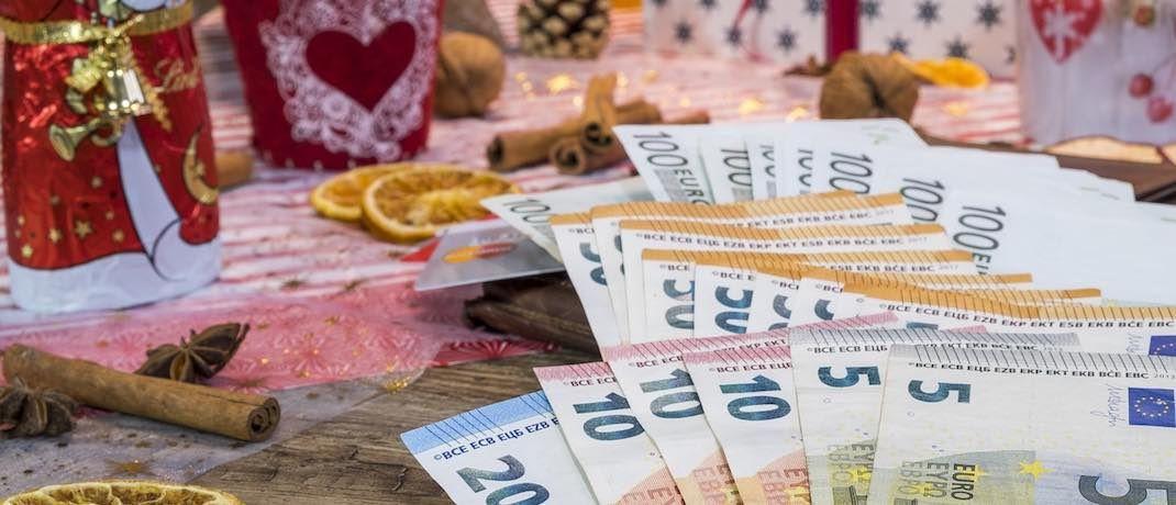 Geld auf dem Gabentisch: Weihnachtsgeld nutzen die Deutschen nur selten für die Vorsorge.|© Pixabay