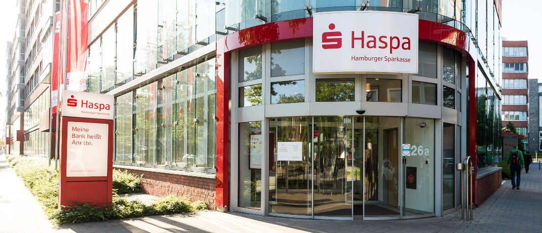 Filiale der Hamburger Sparkasse. Topmanager des Unternehmens kamen 2016 auf mehr als eine Million Euro Vergütung. |© Haspa