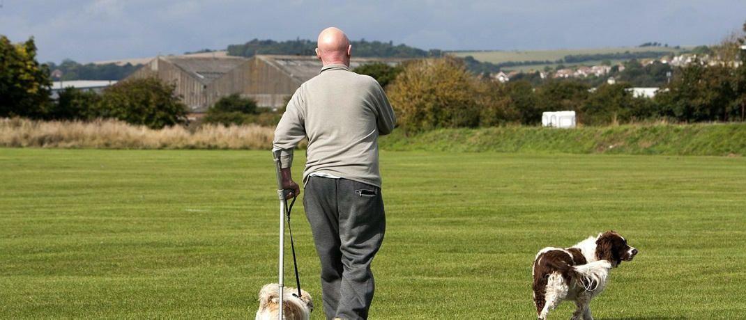 Ein Mann geht auf Krücken: Das Krankengeld in der GKV reicht oft nicht, um den gewohnten Lebensstandard zu halten.|© Pixabay