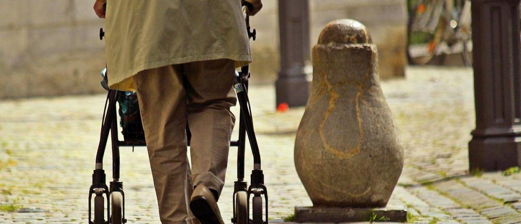 Ein alter Mensch mit Gehhilfe: Viele Deutsche befürchten, dass die Rente im Alter nicht reichen wird. © Pixabay