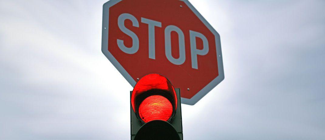 Rote Ampel mit Stoppschild: Neue Regeln aus Br&uuml;ssel k&ouml;nnten in Deutschland dazu f&uuml;hren, dass Provisionen f&uuml;r 34f-Vermittler in der Praxis verboten sind.&nbsp;|&nbsp;&copy; Rainer Sturm / <a href='http://www.pixelio.de/' target='_blank'>pixelio.de</a>