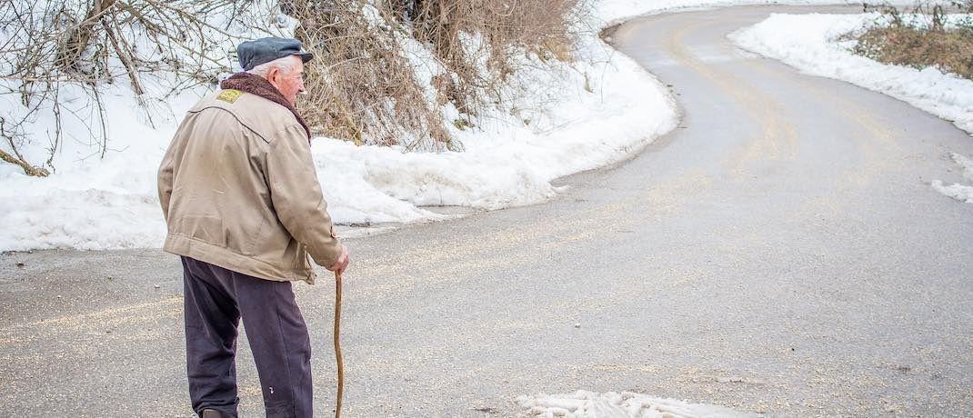 Ein älterer Mann macht einen Spaziergang: Ein stabiles Rentenniveau kann teuer werden.|© Pixabay