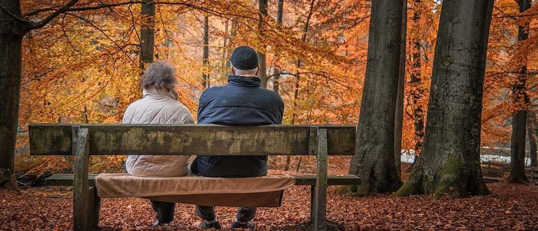 Ein Rentnerpaar im Wald: Die Deutschen haben wieder mehr Vertrauen in die Altersvorsorge.|© Pixabay
