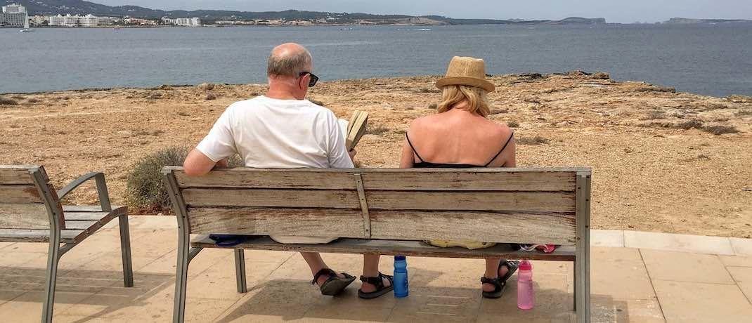 Rentner im Urlaub: Damit man den Ruhestand genießen kann, ist passende und umfangreiche Vorsorge wichtig.|© Pixabay