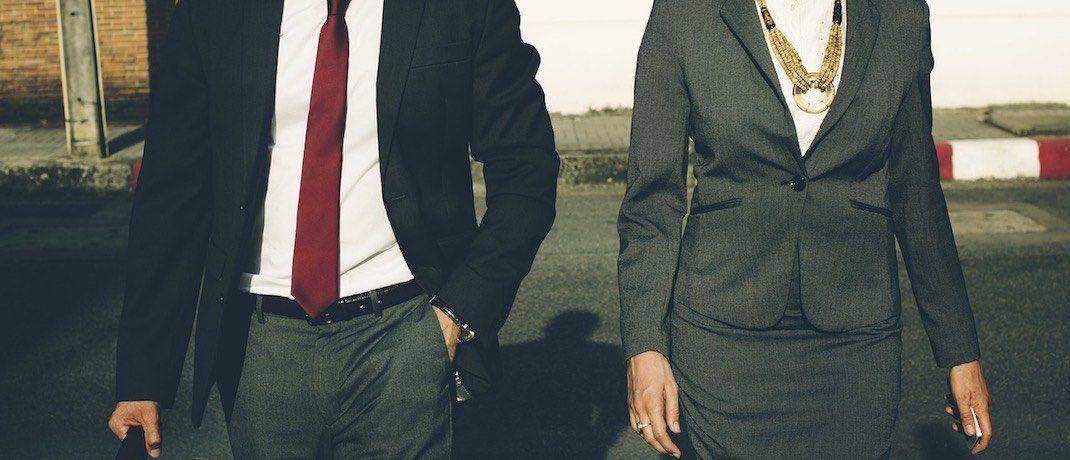 Mann und Frau in geschäftlicher Klamotte: Die Finanzbranche ist unter jungen Studentinnen wenig beliebt. |© Pixabay