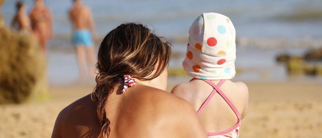 Eine Mutter mit Kind am Strand: Die einen sind von den Mütterrente-Plänen begeistert, die anderen eher weniger.|© Pixabay