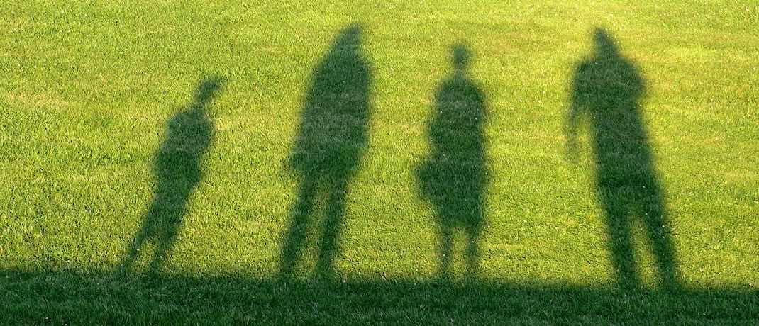 Die Schatten einer vierköpfigen Familie: Das Sozialgericht Freiburg entschied, dass die Richter in Karlsruhe über die Finanzierung der Pflegeversicherung beraten muss.|© Pixabay